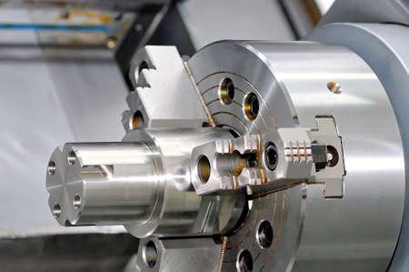 Metall-Detail in einer Spindel der industriellen Drehmaschine. Nahansicht