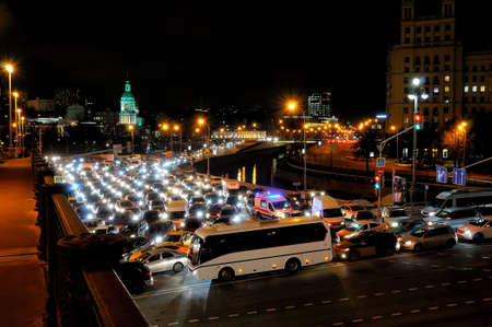 Evening traffic jam in Moscow on Yauza River Embankment Standard-Bild