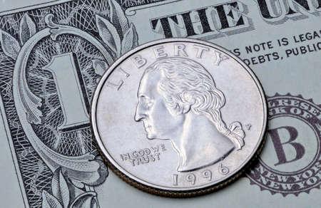 Moneda estadounidense cuarto de dólar en billete de un dólar. Reverso de la moneda de 25 centavos de dólar estadounidense en un billete de 1 dólar estadounidense