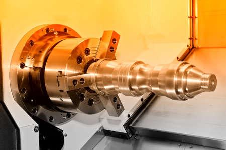 Metalldetail in einer Spindel der Industriedrehmaschine. Roter Ton. Nahansicht