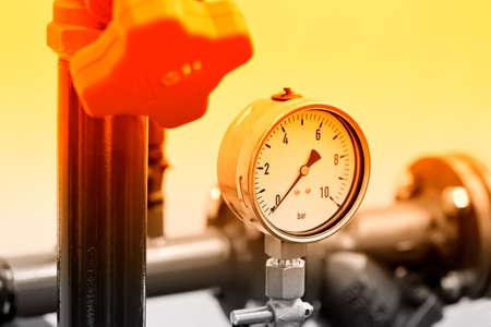 Manómetro hidráulico, manómetro: instrumento para medir la presión del fluido en un equipo hidráulico. Tonos rojos