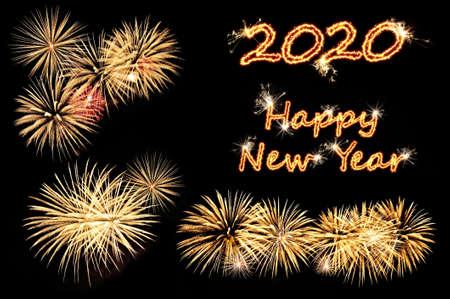 Biglietto di auguri per il nuovo anno 2020 con lettere flash Felice anno nuovo 2020 e fuochi d'artificio d'oro su fondo nero