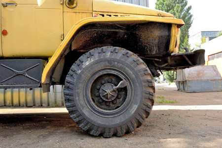 Old rusty wheel of a truck. Part of an old truck Standard-Bild - 163157893