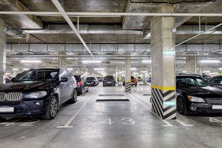 Large modern underground parking for cars. New underground car parking, garage Standard-Bild - 164030037