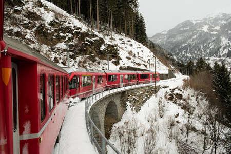 POSCHIAVO, SVIZZERA - gennaio 2018. Il treno Bernina Express, attraversa le alpi svizzere in inverno con la neve Editoriali