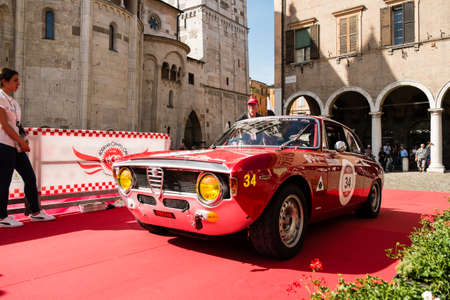 Modena, Italia - giugno 2018. Un'Alfa Romeo Giulia Sprint GTA del 1965 in Piazza Grande al termine della gara Modena 100 ore Classic