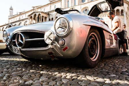 Modena, Włochy - czerwiec 2018 r. Widok z lewej strony Mercedes Benz 300 Sl Gullwing z 1956 r. na Piazza Grande Publikacyjne