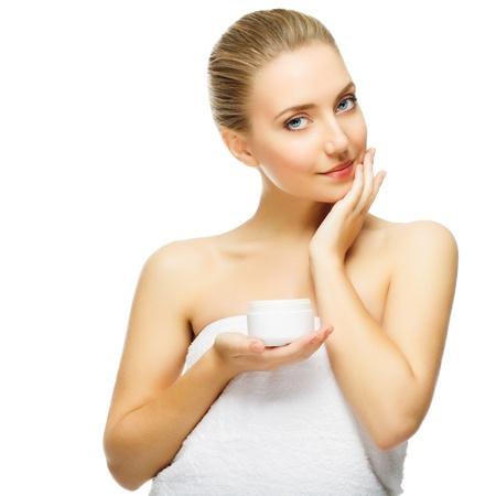 crème: Bella bionda donna tenera vasetto di crema idratante Close-up fresco giovane donna faccia isolato su bianco