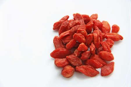 medicina tradicional china: Hierba china - bayas de Goji, Wolfberry aislados en blanco Foto de archivo