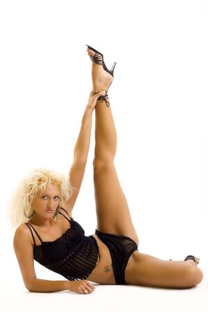 beine spreizen: blonde Frau mit gespreizten Beinen über weißem Hintergrund