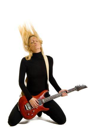 rocker girl: Headbanging ni�a rock tocando su guitarra el�ctrica en las rodillas