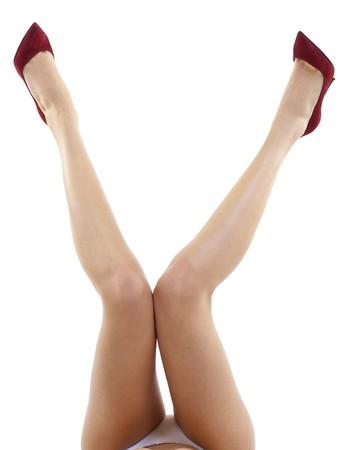 piernas con tacones: Sexy piernas femeninas atractivas hasta con tacones altos aislados sobre fondo blanco
