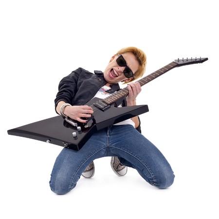 femme avec guitare: fille de passionn�s de rock jouer une guitare �lectrique sur ses genoux.