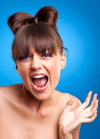 femme bouche ouverte: Portrait de la magnifique femelle hurlements isolée sur fond bleu