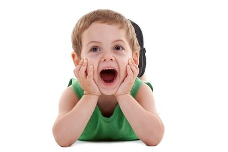 boca abierta: juego del ni�o feliz en piso, gritando sobre blanco