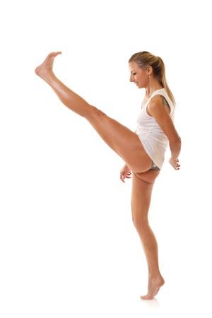 legs spread: Mujer joven en ropa interior blanco patadas, sobre fondo blanco