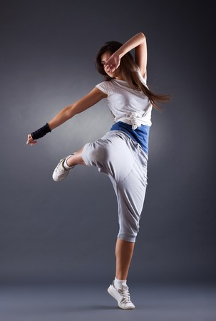 modern dance: young Female tanzen jazz Modern Dance auf einem dunklen Hintergrund