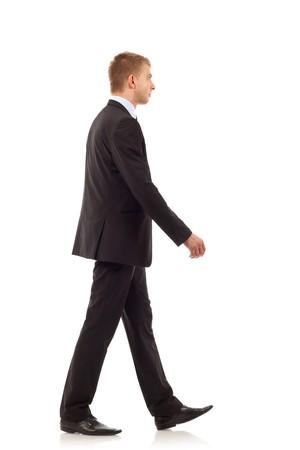 personas caminando: Retrato de un hombre de negocios de j�venes felices caminando sobre fondo blanco