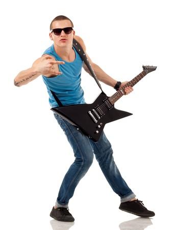 rock hand: Ritratto di un successo rock star detiene una chitarra elettrica e facendo un segno di roccia