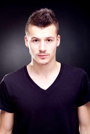 young male model: apuesto joven modelo masculino posando - studio disparo