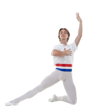 ballet hombres: pose de ballet, interpretada por una bailarina de ballet de varones j�venes en blanco
