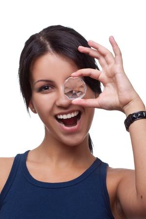 approfondi: Belle jeune femme Holding et de la recherche approfondie un diamant sur fond blanc