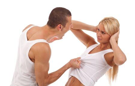 violencia: Violencia dom�stica - foto de un hombre gritando y tirando la camisa de su novia  Foto de archivo