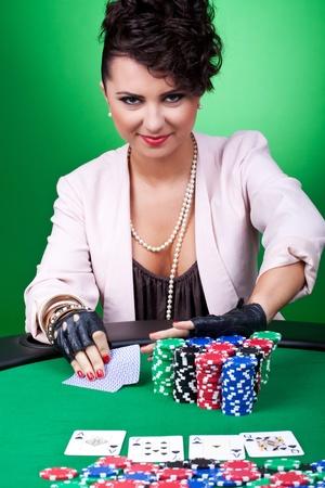 all in: sexy Morena j�venes jugando Texas Holdem Poker va en todos  Editorial