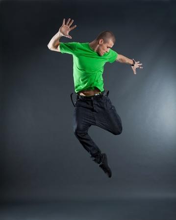 bailarin hombre: imagen de una joven bailarina, saltando sobre una posición de energía  Foto de archivo