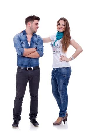 fashionable couple: Atractiva pareja de moda en ropa casual aislado sobre fondo blanco