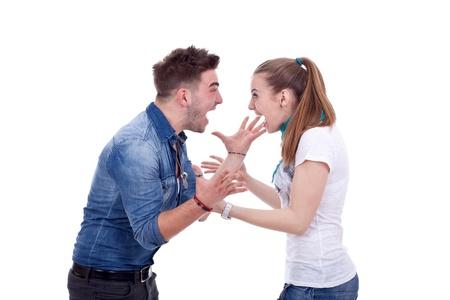 couple fach�: Jeune couple ayant un combat, criant � l'autre