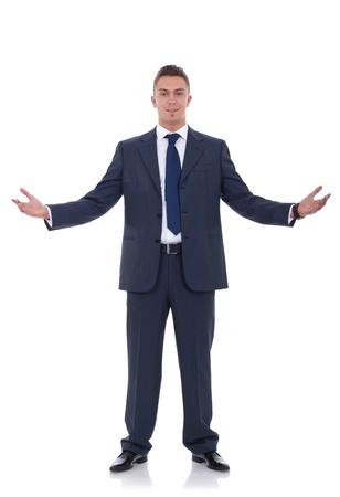 gestos: Hombre de negocios de j�venes accesible con los brazos abiertos aislado