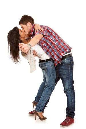 novios besandose: pareja de enamorados bailando y bes�ndose, aislado en blanco, tiro del estudio