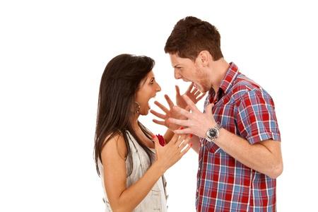 novios enojados: Pareja de j�venes gritando a los otros aislados en blanco