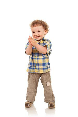 expression corporelle: Sur toute la longueur d'un mignon petit gar�on souriant et en regardant d'un c�t�