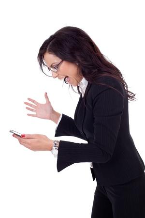 persona enojada: Mujer de negocios enojado gritando a un m�vil. Aislado en blanco Foto de archivo