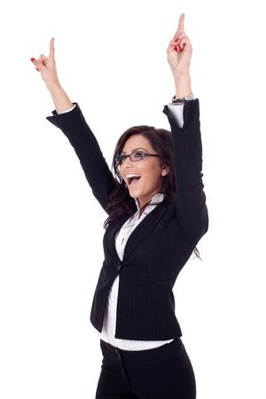 gente celebrando: imagen de una mujer de negocios muy feliz ganando a blanco