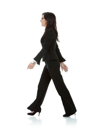 Young Business Woman ist Fuß. Sie Lächeln und suchen Weg von der Kamera isolated over white background