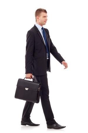 may�sculas: hombre de negocios la celebraci�n de malet�n y caminar sobre el fondo blanco Foto de archivo