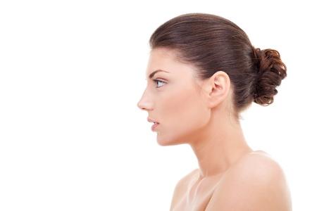 perfil de mujer rostro: feliz hermosa mujer joven busca lateral aislado en blanco