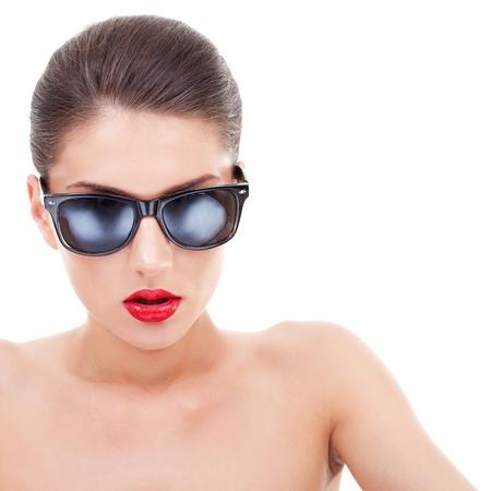 glass eye: Mujer sexy con gafas de sol, retrato primer plano sobre fondo blanco