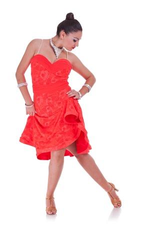 bailando flamenco: joven y atractiva mujer bailando flamenco en blanco