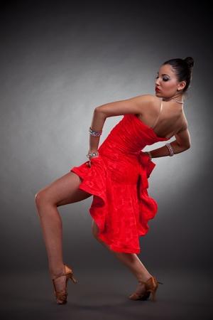 baile latino: Retrato de joven y bella mujer bailando flamenco, estudio de disparo