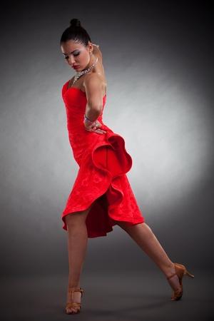 gitana: latino sensual bailarina posando sobre fondo oscuro estudio