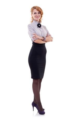 mani incrociate: Imprenditrice con le mani incrociate in piedi contro isolato su sfondo bianco