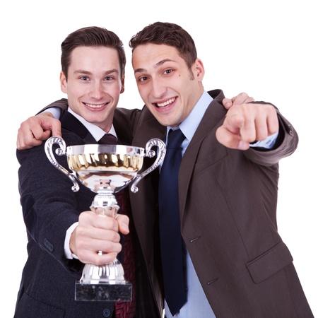 dos jóvenes de negocio ganador que apunta a que, sobre fondo blanco Foto de archivo - 11188307