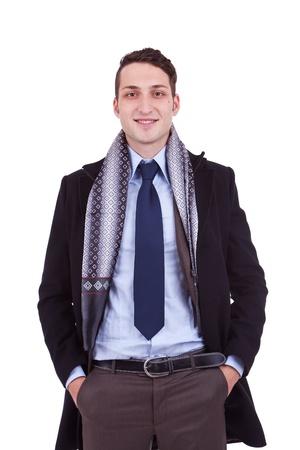 sciarpe: ritratto di un giovane uomo d'affari con il cappotto invernale, su sfondo bianco