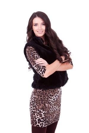 mani incrociate: giovane bella donna in piedi con le mani incrociate in un cappotto di pelliccia su bianco