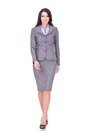 businesswoman suit: Mujer de negocios a pie en toda su longitud en el fondo blanco