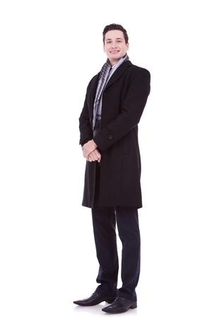 quadro completo del corpo di un uomo sorridente in abiti invernali o in autunno su sfondo bianco